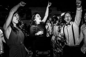 Boda de Noelia y César en Horcajo de Montemayor realizada por Johnny García, Fotógrafo de bodas en Salamanca, amigos bailan en la fiesta