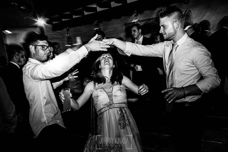 Boda de Noelia y César en Horcajo de Montemayor realizada por Johnny García, Fotógrafo de bodas en Salamanca, familiares y amigos en la fiesta