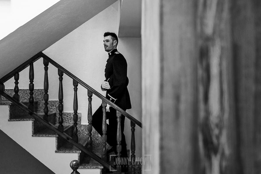 Boda de Noelia y César en Horcajo de Montemayor realizada por Johnny García, Fotógrafo de bodas en Salamanca, Cesar a punto de salir hacia el altar