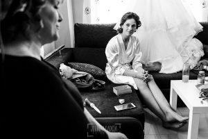Boda de Noelia y César en Horcajo de Montemayor realizada por Johnny García, Fotógrafo de bodas en Salamanca, Noelia observa a su madre mientras la maquillan