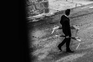 Boda de Noelia y César en Horcajo de Montemayor realizada por Johnny García, Fotógrafo de bodas en Salamanca, el hermano de César lleva los sables para la salida de los novios