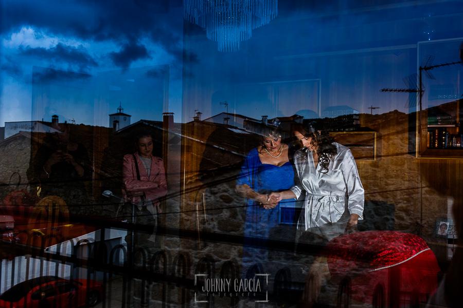 Boda de Noelia y César en Horcajo de Montemayor realizada por Johnny García, Fotógrafo de bodas en Salamanca, Noelia mientras se pone el vestido de novia