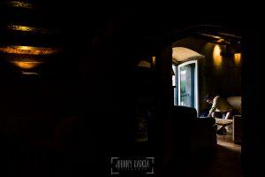 Boda en la Hacienda Zorita de Salamanca de Emma y Michael realizada por Johnny García, wedding photographers in Spain, Michael esperando la hora de la ceremonia