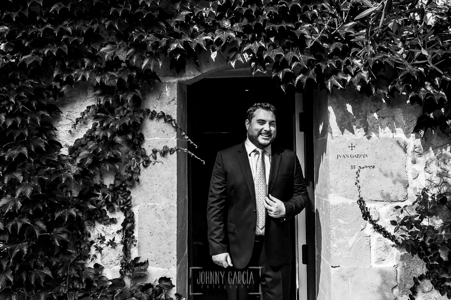 Boda en la Hacienda Zorita de Salamanca de Emma y Michael realizada por Johnny García, wedding photographers in Spain, un retrato de Michael