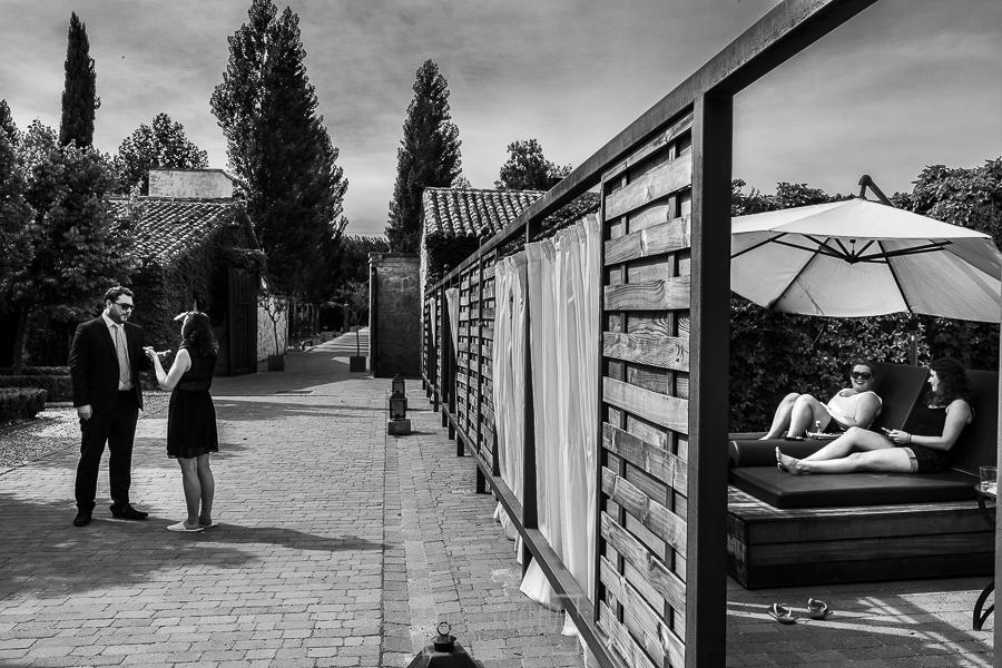 Boda en la Hacienda Zorita de Salamanca de Emma y Michael realizada por Johnny García, wedding photographers in Spain, Michael se acerca a la habitación de Emma para hablar con su hermana