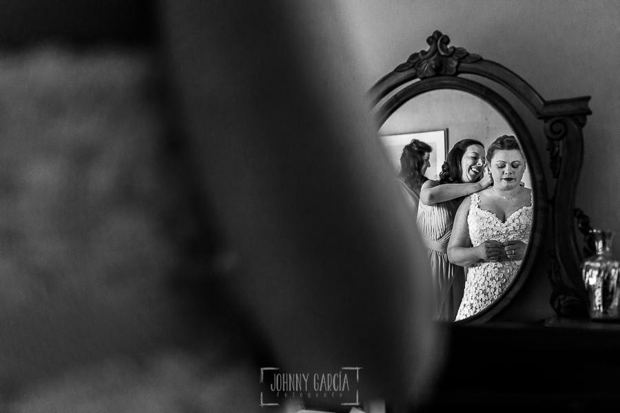 Boda en la Hacienda Zorita de Salamanca de Emma y Michael realizada por Johnny García, wedding photographers in Spain, Emma reflajada en el espejo mientras la visten