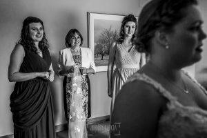 Boda en la Hacienda Zorita de Salamanca de Emma y Michael realizada por Johnny García, wedding photographers in Spain, la madre y las damas de honor miran a la novia