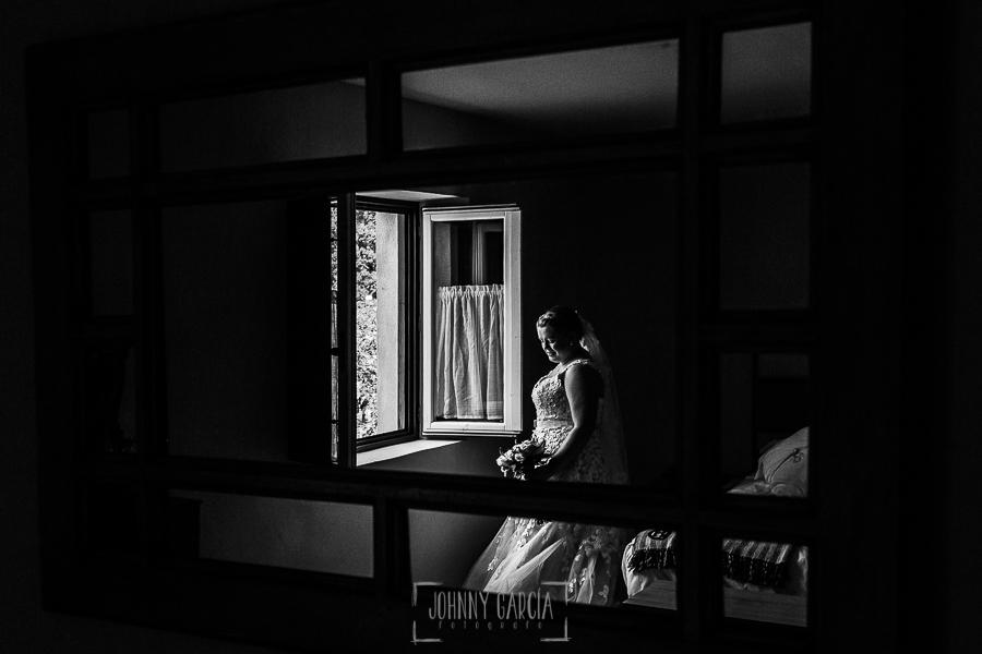 Boda en la Hacienda Zorita de Salamanca de Emma y Michael realizada por Johnny García, wedding photographers in Spain, Emma reflejada en uno de los espejos