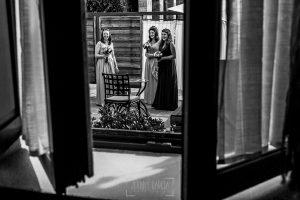 Boda en la Hacienda Zorita de Salamanca de Emma y Michael realizada por Johnny García, wedding photographers in Spain, las damas de honor esperan la salida de la novia