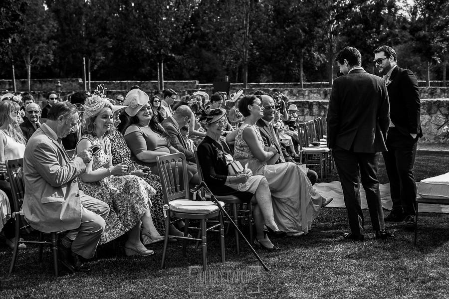 Boda en la Hacienda Zorita de Salamanca de Emma y Michael realizada por Johnny García, wedding photographers in Spain, los invitados y el novio esperan a la novia