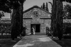Boda en la Hacienda Zorita de Salamanca de Emma y Michael realizada por Johnny García, wedding photographers in Spain, Emma se acerca del brazo de su padre