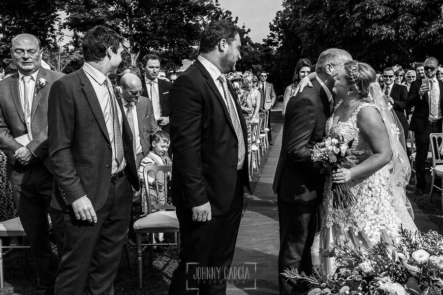 Boda en la Hacienda Zorita de Salamanca de Emma y Michael realizada por Johnny García, wedding photographers in Spain, Emma ya en el altar besa a su padre
