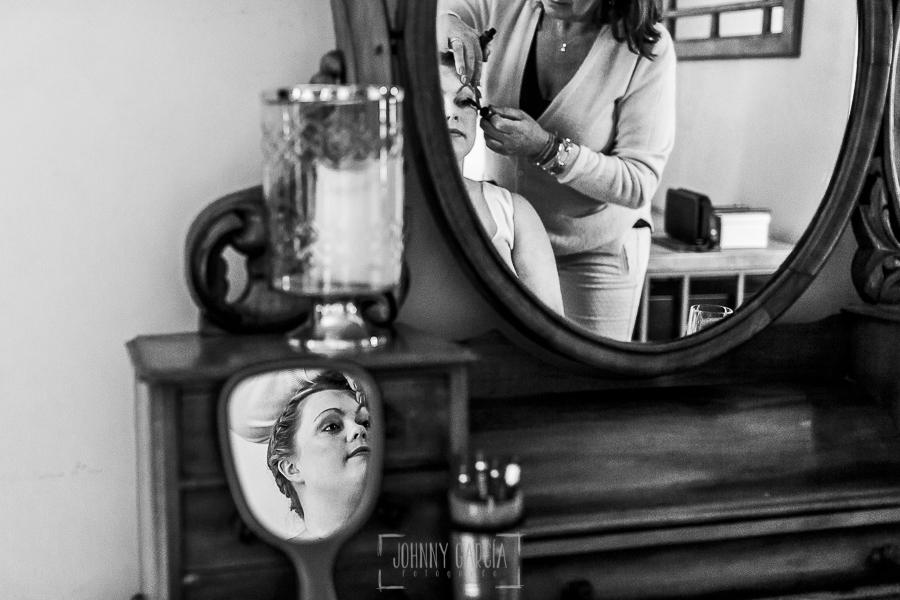 Boda en la Hacienda Zorita de Salamanca de Emma y Michael realizada por Johnny García, wedding photographers in Spain, Emma en el momento del maquillaje en una habitación de la Hacienda Zorita
