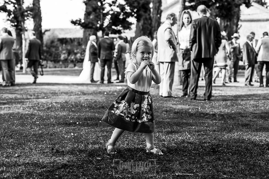 Boda en la Hacienda Zorita de Salamanca de Emma y Michael realizada por Johnny García, wedding photographers in Spain, una sobrina de los novios juega en el jardín de la Hacienda Zorita