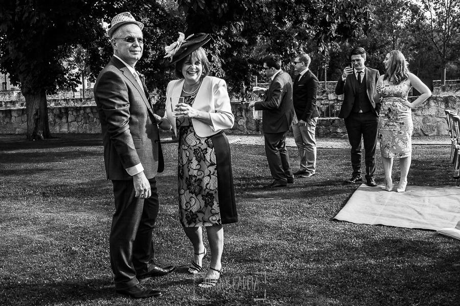 Boda en la Hacienda Zorita de Salamanca de Emma y Michael realizada por Johnny García, wedding photographers in Spain, un retrato de los padres de Emma