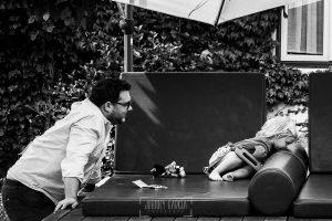 Boda en la Hacienda Zorita de Salamanca de Emma y Michael realizada por Johnny García, wedding photographers in Spain, Michael jugando con su sobrino