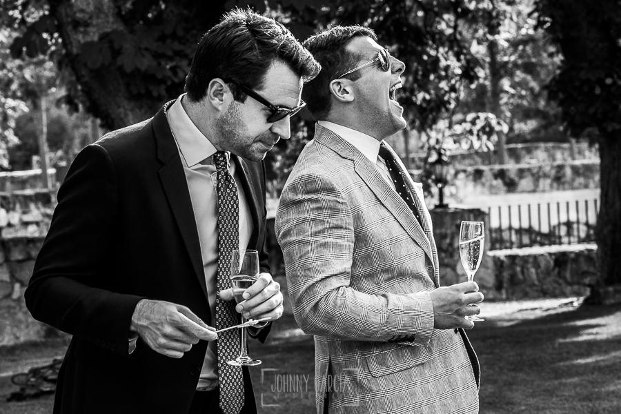 Boda en la Hacienda Zorita de Salamanca de Emma y Michael realizada por Johnny García, wedding photographers in Spain, un invitado rie en un momento del cactail