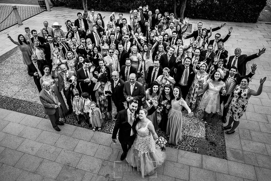 Boda en la Hacienda Zorita de Salamanca de Emma y Michael realizada por Johnny García, wedding photographers in Spain, un retrato de grupo de toda la boda