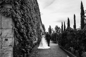 Boda en la Hacienda Zorita de Salamanca de Emma y Michael realizada por Johnny García, wedding photographers in Spain, la pareja de recién casados se dirige al lugar de la cena