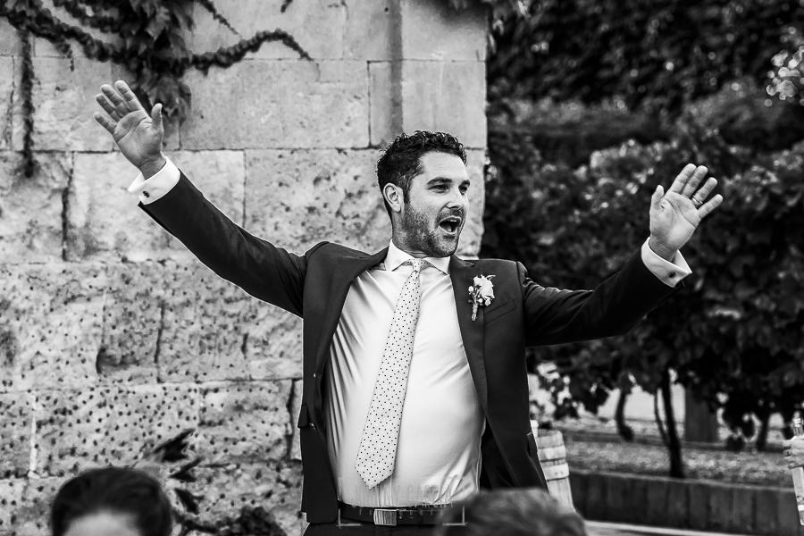Boda en la Hacienda Zorita de Salamanca de Emma y Michael realizada por Johnny García, wedding photographers in Spain, un invitado anuncia la llegada de los novios