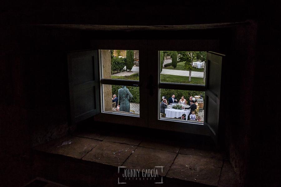Boda en la Hacienda Zorita de Salamanca de Emma y Michael realizada por Johnny García, wedding photographers in Spain, la mesa nupcial desde dentro de la bodega de la Hacienda Zorita