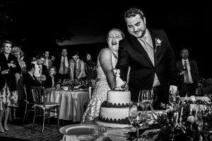 Boda en la Hacienda Zorita de Salamanca de Emma y Michael realizada por Johnny García, wedding photographers in Spain, corte de la tarta