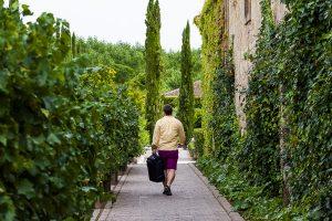 Boda en la Hacienda Zorita de Salamanca de Emma y Michael realizada por Johnny García, wedding photographers in Spain, Michael se dirige a la habitación