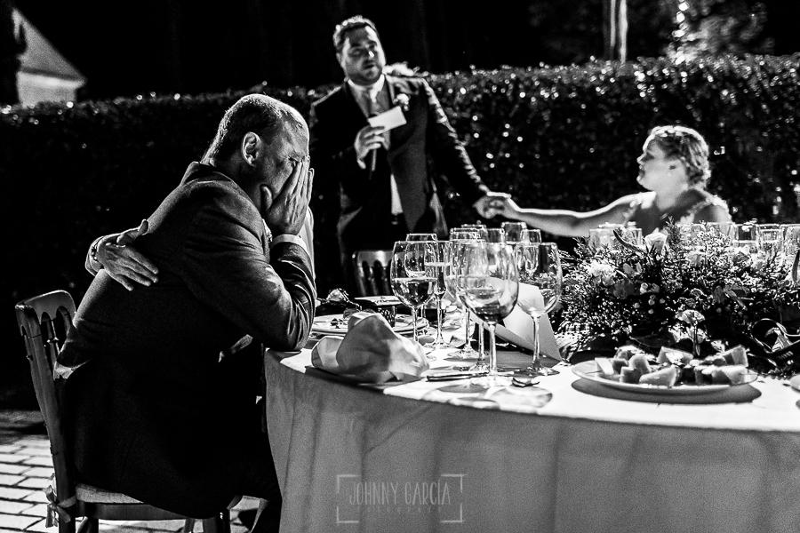 Boda en la Hacienda Zorita de Salamanca de Emma y Michael realizada por Johnny García, wedding photographers in Spain, el padre de Michael emocionado en el discurso
