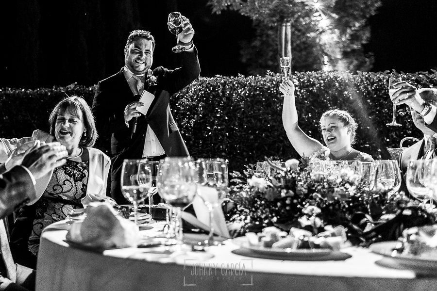 Boda en la Hacienda Zorita de Salamanca de Emma y Michael realizada por Johnny García, wedding photographers in Spain, los novios brindan con los invitados