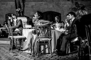 Boda en la Hacienda Zorita de Salamanca de Emma y Michael realizada por Johnny García, wedding photographers in Spain, la hermana de Michael ríe durante el discurso
