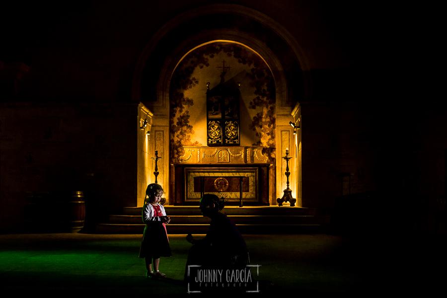Boda en la Hacienda Zorita de Salamanca de Emma y Michael realizada por Johnny García, wedding photographers in Spain, un retrato de una invitada antes del baile de los novios