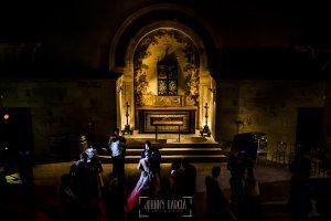 Boda en la Hacienda Zorita de Salamanca de Emma y Michael realizada por Johnny García, wedding photographers in Spain, los novios bailan junto a los invitados dentro de la capilla de la Hacienda Zorita
