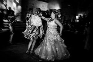Boda en la Hacienda Zorita de Salamanca de Emma y Michael realizada por Johnny García, wedding photographers in Spain, Emma baila junto a una invitada
