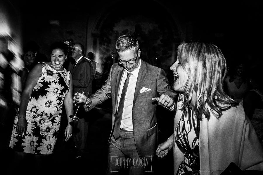 Boda en la Hacienda Zorita de Salamanca de Emma y Michael realizada por Johnny García, wedding photographers in Spain, un grupo de invitados bailan