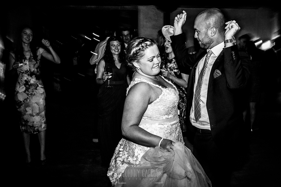 Boda en la Hacienda Zorita de Salamanca de Emma y Michael realizada por Johnny García, wedding photographers in Spain, la novia baila junto a un invitado