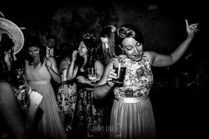Boda en la Hacienda Zorita de Salamanca de Emma y Michael realizada por Johnny García, wedding photographers in Spain, la hermana de Michael durante la fiesta bailando