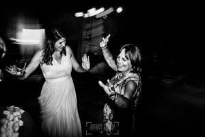 Boda en la Hacienda Zorita de Salamanca de Emma y Michael realizada por Johnny García, wedding photographers in Spain, la madre de Emma durante la fiesta