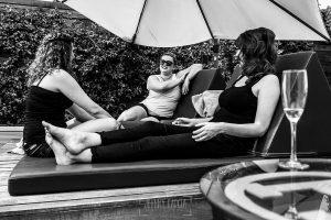 Boda en la Hacienda Zorita de Salamanca de Emma y Michael realizada por Johnny García, wedding photographers in Spain, Emma con las damas de honor charlando