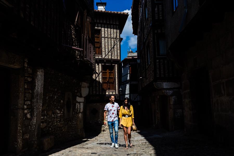 Pre boda en la Alberca de Noelia y Andrés realizada por el fotógrafo de bodas en Salamanca Johnny García, de paseo por las calles entramadas