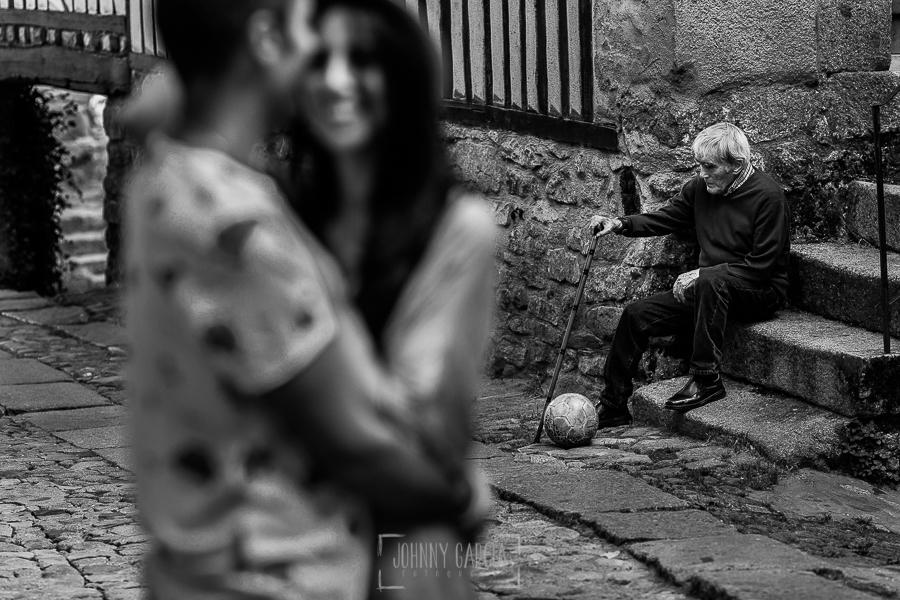Pre boda en la Alberca de Noelia y Andrés realizada por el fotógrafo de bodas en Salamanca Johnny García, un abuelo de la Alberca sentado junto a un balón