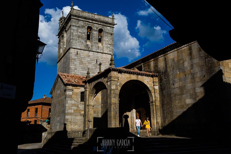 Pre boda en la Alberca de Noelia y Andrés realizada por el fotógrafo de bodas en Salamanca Johnny García, la pareja junto a la iglesia de la Alberca