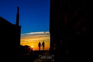 Pre boda en la Alberca de Noelia y Andrés realizada por el fotógrafo de bodas en Salamanca Johnny García, la silueta de los novios junto a la puesta de sol