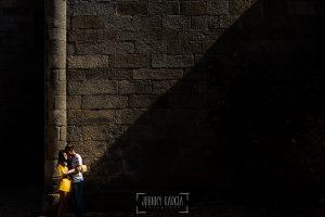 Pre boda en la Alberca de Noelia y Andrés realizada por el fotógrafo de bodas en Salamanca Johnny García, un retrato al lado de la iglesia
