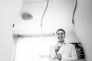 Boda en Salamanca de Laura y Manu, realizada por el fotógrafo de bodas en Salamanca Johnny García, Manu reflejado en el espejo mientras se viste