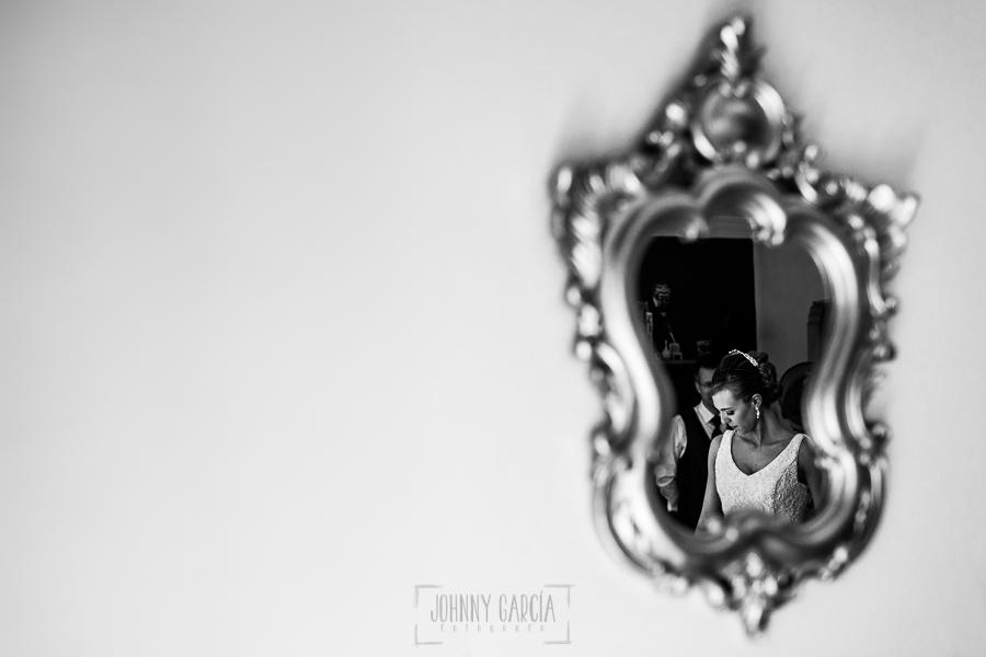 Boda en Salamanca de Laura y Manu, realizada por el fotógrafo de bodas en Salamanca Johnny García, Un espejo de la casa de los padres de Laura, ellos mismos reflajados
