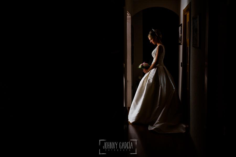 Boda en Salamanca de Laura y Manu, realizada por el fotógrafo de bodas en Salamanca Johnny García, un retrato de Laura ya vestida