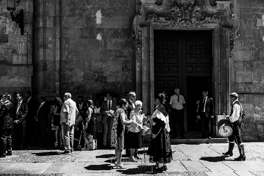 Boda en Salamanca de Laura y Manu, realizada por el fotógrafo de bodas en Salamanca Johnny García, la fachada de la iglesia de San Esteban ya con invitados