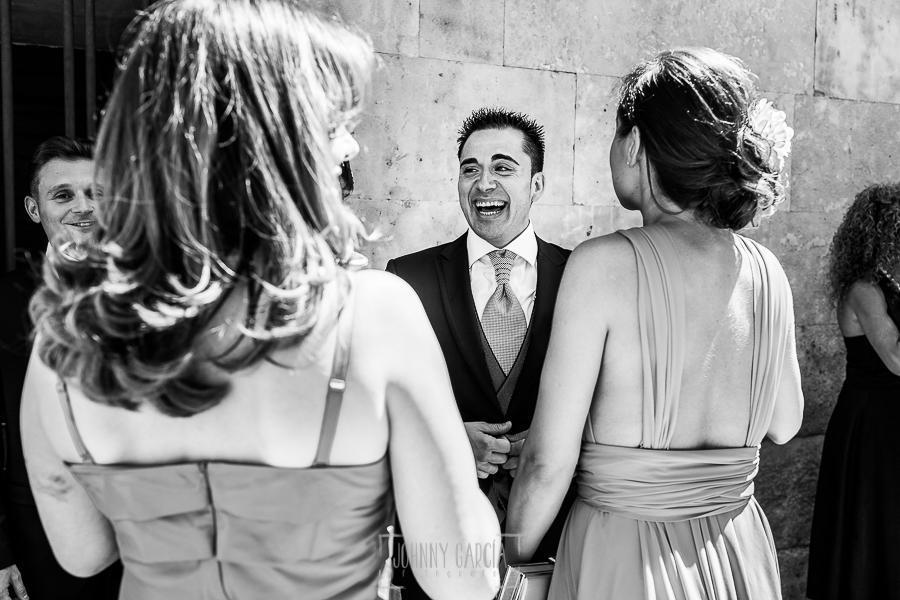 Boda en Salamanca de Laura y Manu, realizada por el fotógrafo de bodas en Salamanca Johnny García, Manu ríe con invitadas