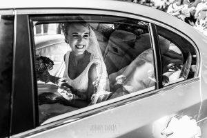 Boda en Salamanca de Laura y Manu, realizada por el fotógrafo de bodas en Salamanca Johnny García, Laura llega en el coche a la Iglesia de San Esteban