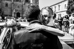 Boda en Salamanca de Laura y Manu, realizada por el fotógrafo de bodas en Salamanca Johnny García, Laura abraza a Manu antes de entrar a la iglesia